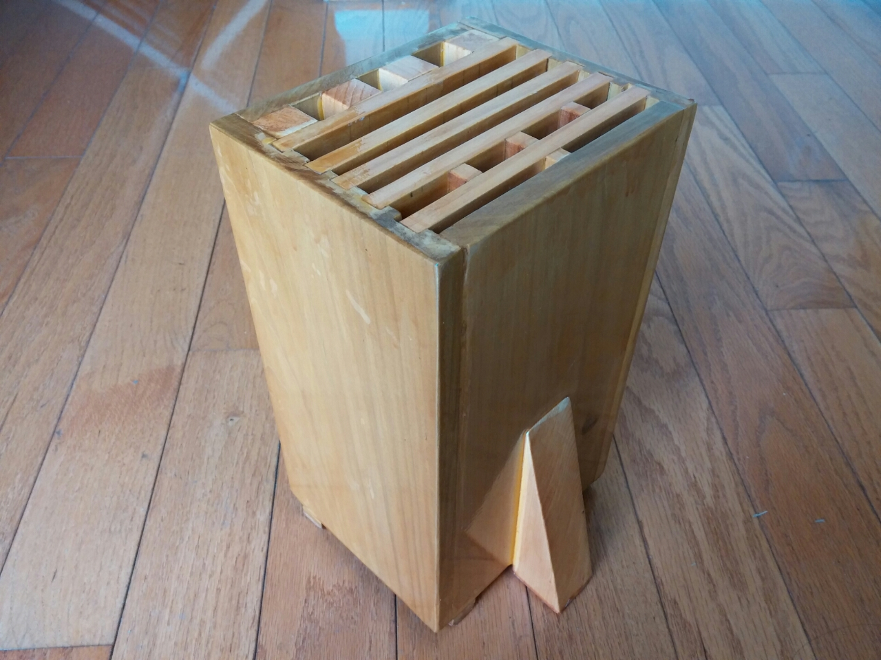 最近进了几把新刀,使得目前共有3把方头菜刀:一把切生菜,一把切熟食,一把切骨头。这样以前的菜刀架无论如何也装不下了,市面上又买不到合适的,于是决定自己量身定做一个。 主要材料: 1. homedepot 买的1/2 x 6 x 48 oak wood board做四周四块面板 2. 中间的隔板用的是以前装修剩下的木条和儿子跆拳道踢烂的1寸木板 最后效果如图。为了更好的通风散气,和简化结构,使用了立式结构。为了容下最长的一把西瓜刀,总高度定为11寸。为增加稳定性,加了个三角木增加支撑面积。